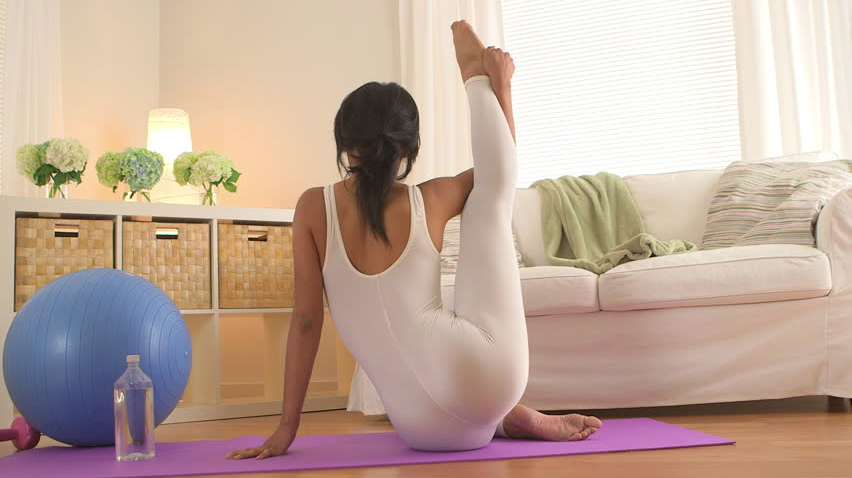 5 AT-HOME WORKOUTS YOU CAN DO NOW THAT IT'S COLD OUTSIDE