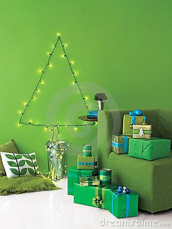 de-kerstboom-die-van-koord-wordt-gemaakt-steekt-aan-en-stelt-voor-11749030
